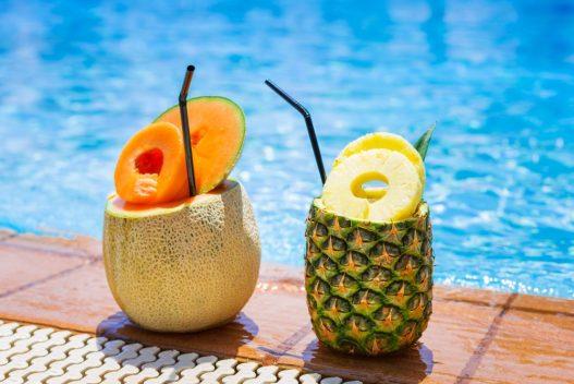 Drinks ved poolen på all inclusive rejse